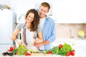 Couple cuisinant des légumes